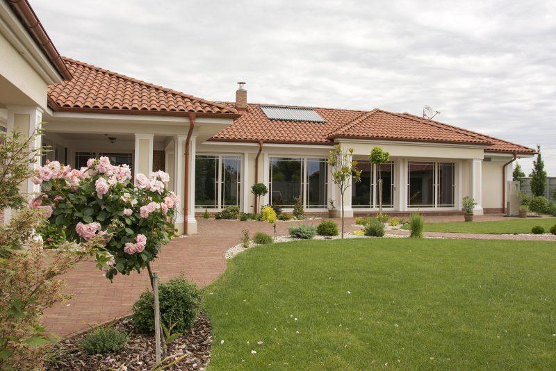 Dům v zahradě plné růží