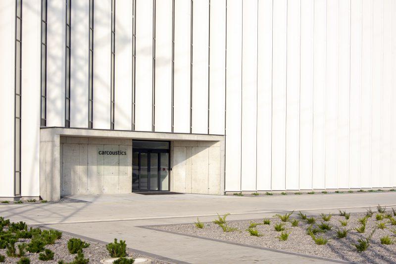 Fasáda Slovaktual - vstup do budovy Carcoustic Nováky