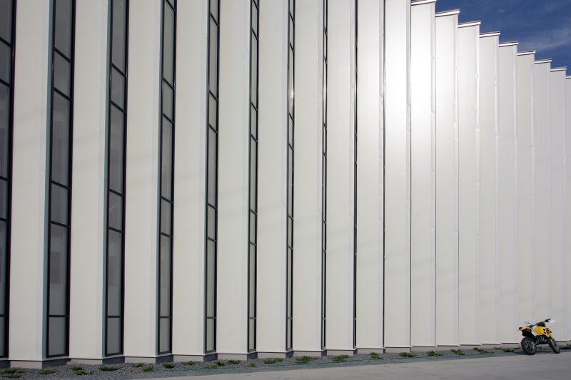 budova Carcoustic Nováky s fasádou Slovaktual
