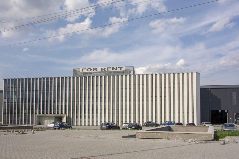 budova Carcoustic Nováky s fasádou od Slovaktualu