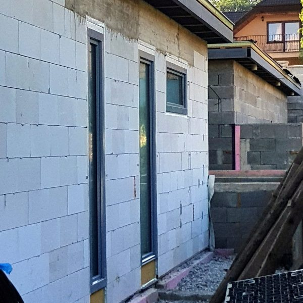 Okná z plastu, dvere z hliníka. Efektná kombinácia.