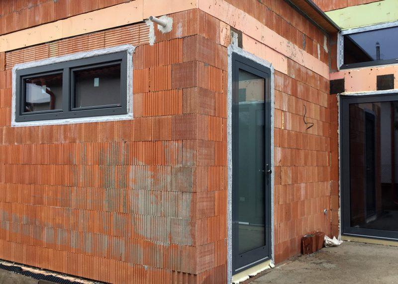 Další zdařilá kombinace plastových a hliníkových oken a dveří.
