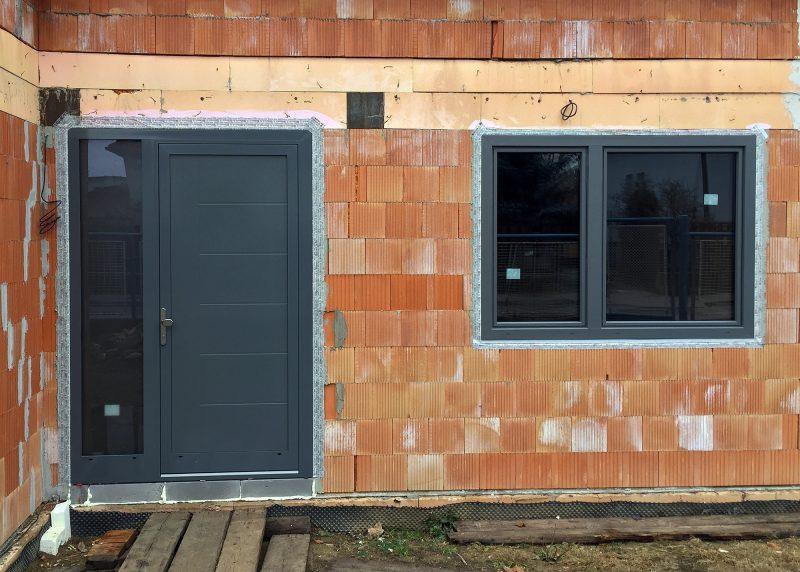 Ďalšia vydarená kombinácia okien a dverí z plastu a hliníka.