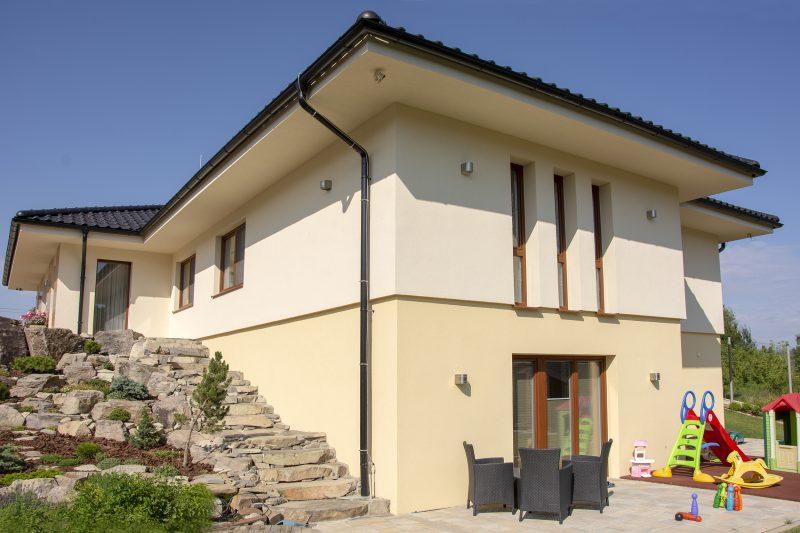 Dom vo svahu s oknami Slovaktual
