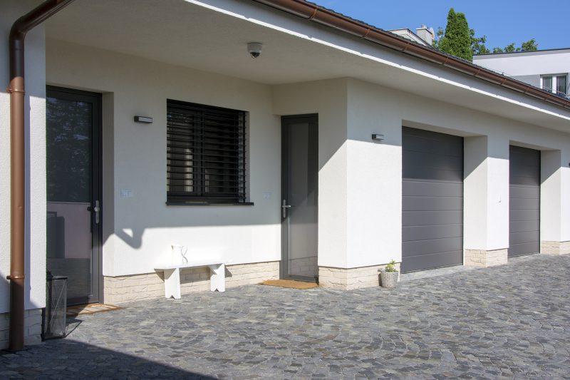 Hliníkové okná, vstupné dvere a garážové dvere