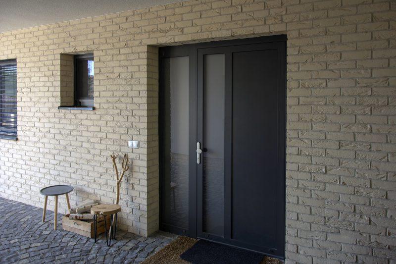 Vstupné hliníkové dvere Slovaktual vo farbe heroal 0575