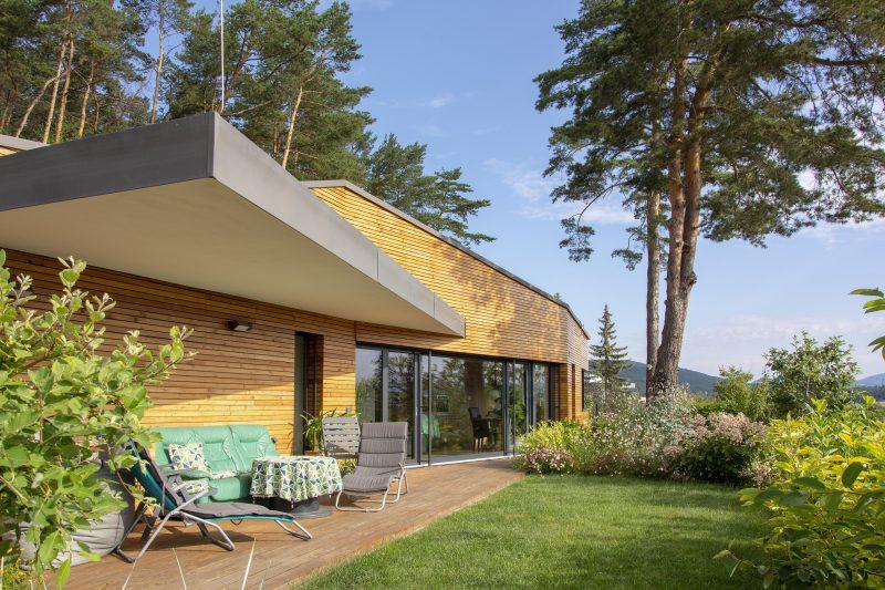 dom pod sosnami s HST a plastovými oknami