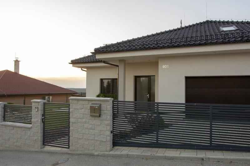 Garáž a vstupné dvere Slovaktual -rodinný dom v Lehote