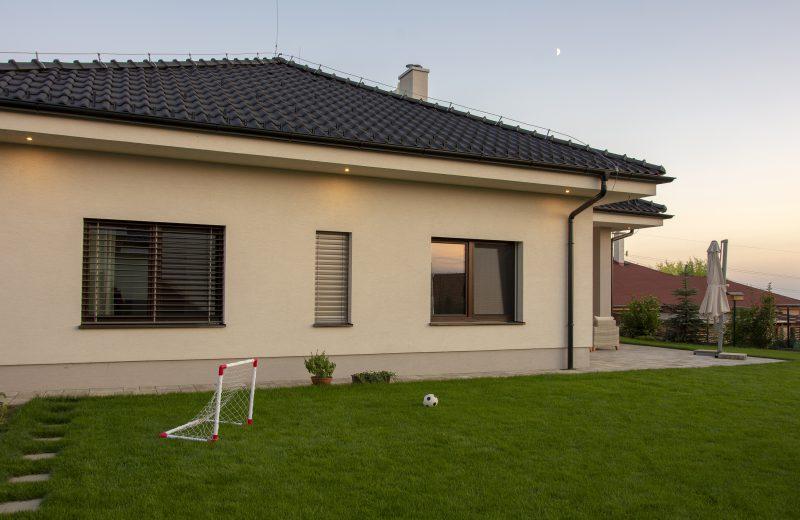 Trávnik okolo rodinného domu s oknami Slovaktual