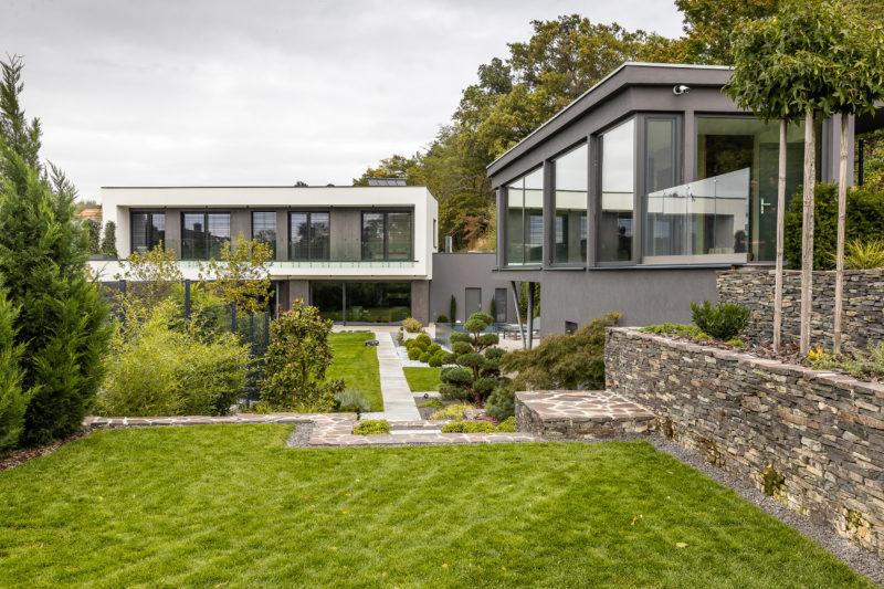 Pohľad na dom v Stupave a wellness domček zo záhrady