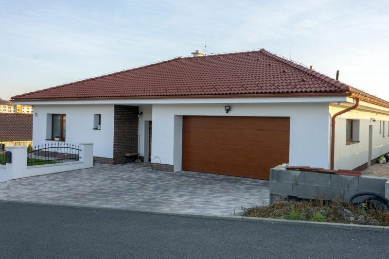 Dom s plastovými oknami Slovaktual a hliníkovými dverami