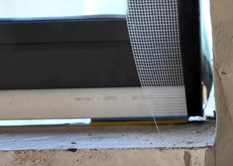 Pripojovacia škára medzi rámom okna a parapetom a ostením stavebného otvoru