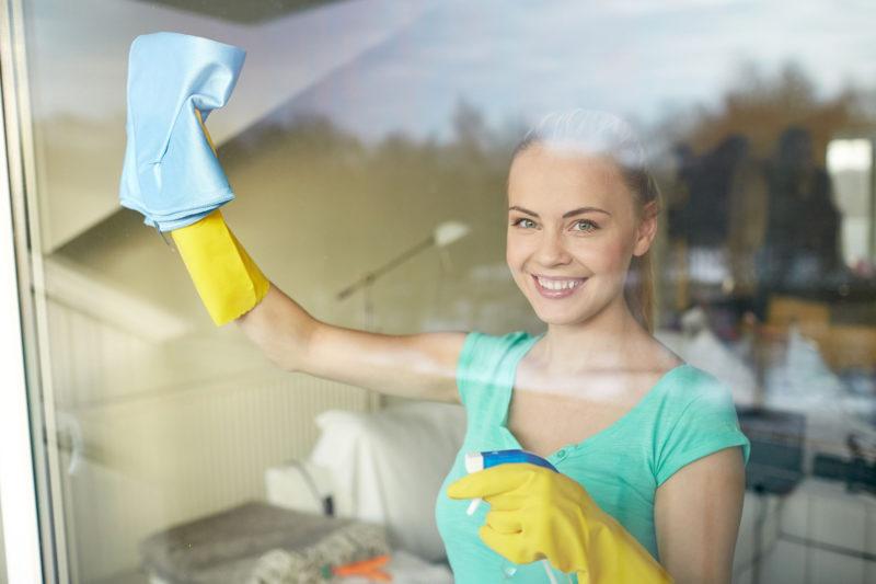 mladá žena pri údržbe plastových okien Slovaktual