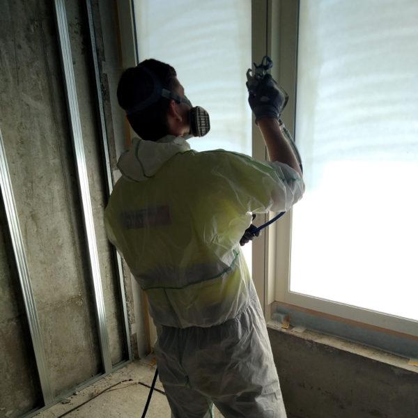 Striekanie ochrannej fólie na okná z interiéru
