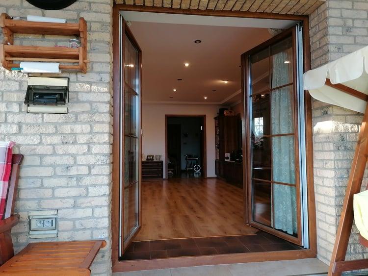 Dvojkrídlové balkónové dvere otvorené