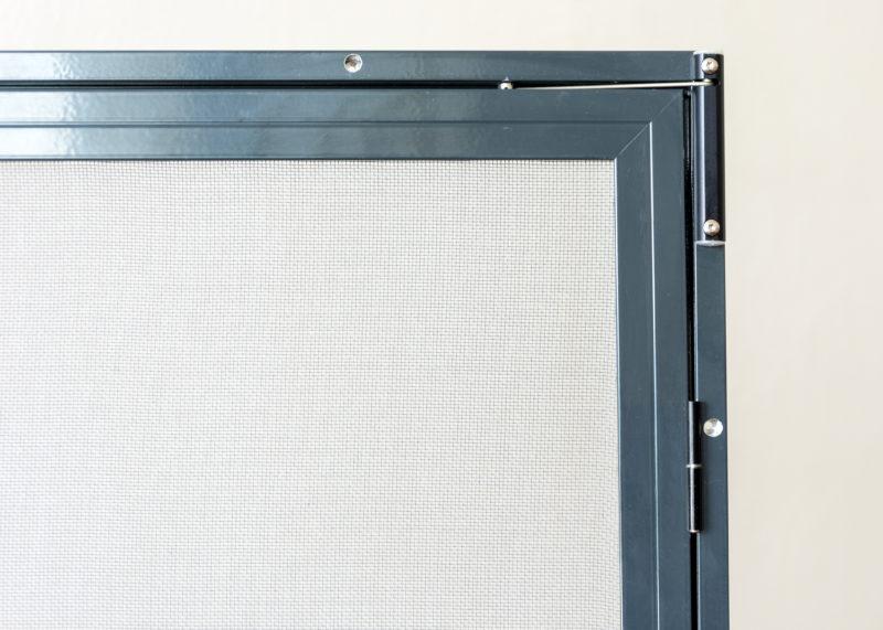 Pevná dveřní síťka se samozavíracím pantem