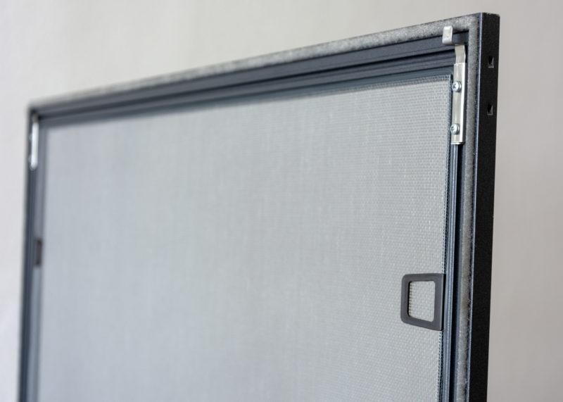 Síťka proti hmyzu na hliníková okna s horními pružinovými závěsy