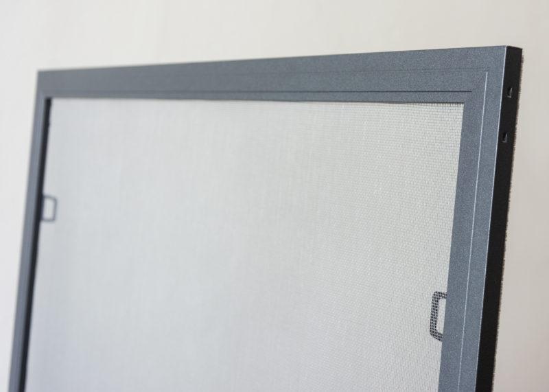 Síťka proti hmyzu na hliníková okna - pohled zvenku