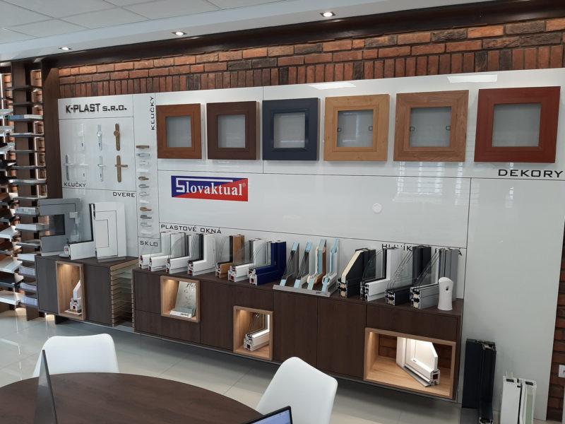 Vzorky okien a dverí v predajni v Novákoch