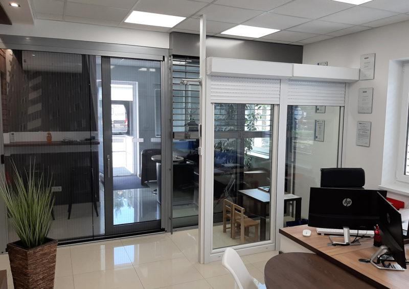 Hliníkové posuvné dvere vystavené v predajni v Novákoch