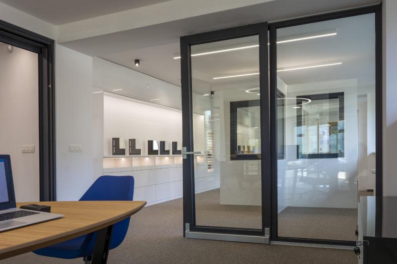 Hliníkové posuvno-sklopné dvere (PSK) a vzorky okien v predajni Slovaktual v Pravenci