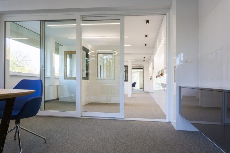 Veľkoformátové plastové zdvižno-posuvné dvere Slovaktual HST 76 v bielej farbe