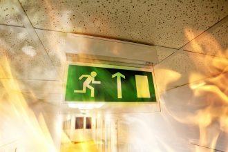 Panika? Myslite na zadné dvierka alebo spoľahlivé kovanie pre panikové dvere.