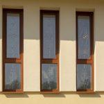 Uvážlivě zvolená okna a dveře pro rodinný dům ve svahu.